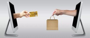 カードで商品を買う人