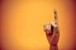 人差し指を立てている手