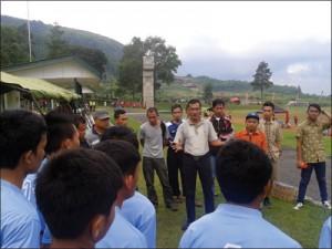 Muspika Tanjungmedar memberi dukungan penuh dengan berada di tengah-tengah tim sepakbolanya. Foto: Atep AB/Sumeks
