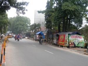 Pemerintah mulai melakukan pembongkaran trotoar.