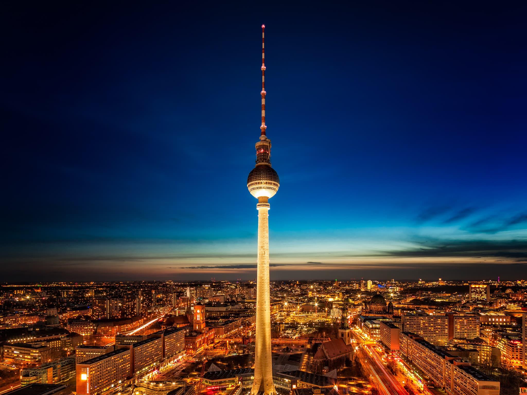 Wieża telewizyjna w nocy od Park Inn by Radisson | Berlin, Niemcy