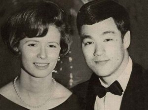 bruce-with-linda-bruce-lee-26630092-500-372