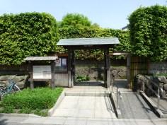 山本亭の帝釈天側の門