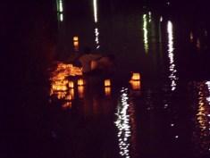 溜まった灯篭はボートで回収