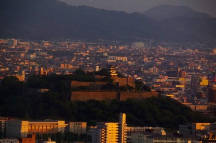 夕日に照らされた丸亀城