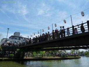 橋の上は大混雑
