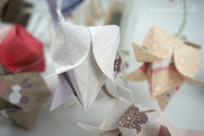 Lichterkette aus lila Origami Tulpen