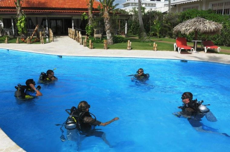 Diving classes in the pool