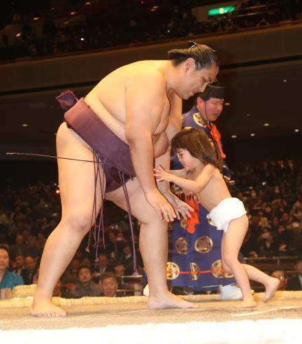 El antiguo Ozeki Miyabiyama disputando su último combate con su hijo Masakada