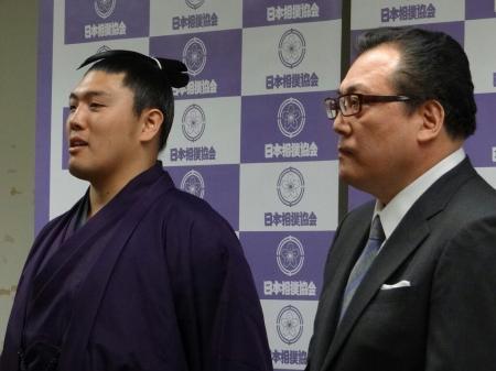 El Juryo Tanzo anunciando su retirada junto a Onomatsu oyakata (Foto: Sumo Forum)
