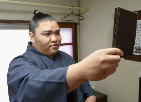 Mitakeumi luciendo su nuevo chon-mage (Foto: Daily Sports)