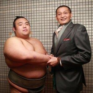 El nuevo Juryo Sato con Takanohana oyakata