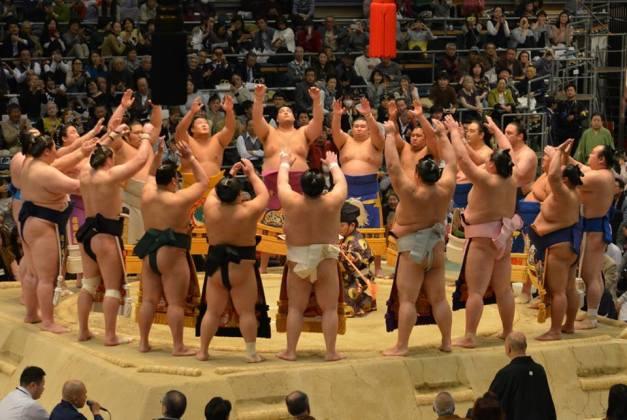 La ceremonia de Makuuchi dohyo-iri, presentación de los luchadores de la máxima categoría que se realiza justo antes de iniciarse los combates de la jornada (Foto: Martina Lunau)