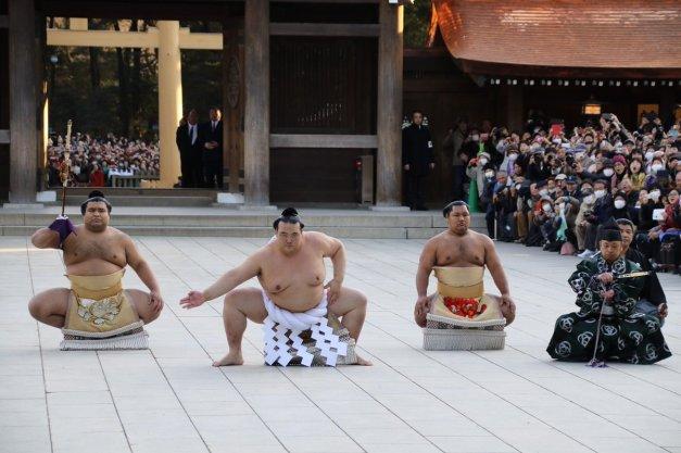 El Yokozuna Kisenosato realizó su primera ceremonia de dohyo-iri en el Templo Meiji (Foto: Nihon Sumo Kyokai)