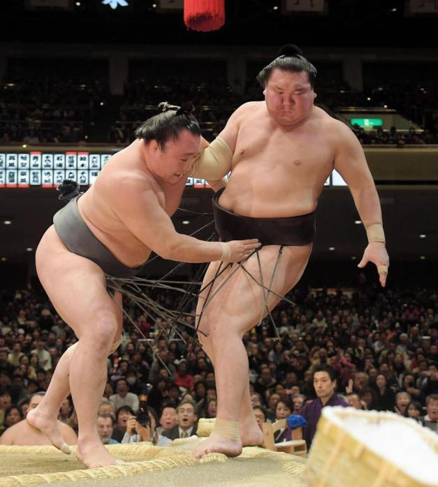 El mongol Arawashi logró una sorprendente victoria ante su compatriota Hakuho (Foto: SumoForum.net)