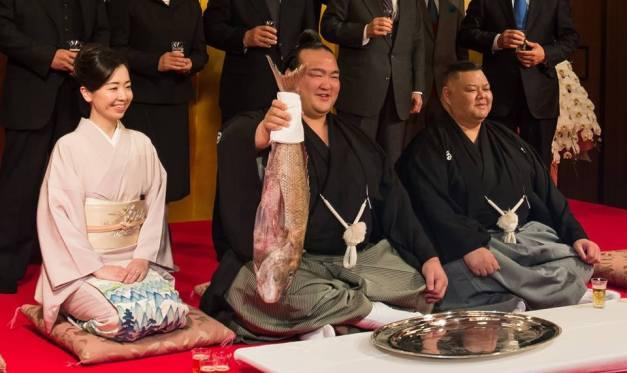El nuevo Yokozuna Kisenosato flanqueado por su oyakata y okamisan (Foto: John Gunning)