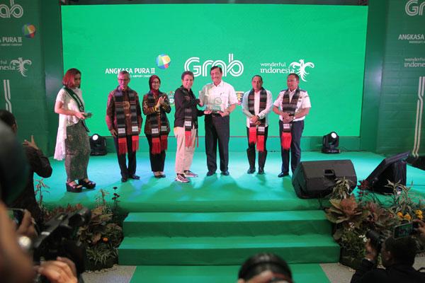 "sutan siregar/sumut pos PLAKAT: Presiden Grab Indonesia Ridzki Kramadibrata menyerahkan plakat kepada Menko Bidang Kemaritiman Luhut Binsar Panjaitan disaksikan Direktur Pelayanan dan Fasilitas PT Angkasa Pura II (Persero) Ituk Herarindri (kiri) dan Gubernur Sumut Edy Rahmayadi di sela peluncuran ""GrabCar Airport"" di Bandara Internasional Kualanamu, Kabupaten Deliserdang, Sumatera Utara, Kamis (11/7)."