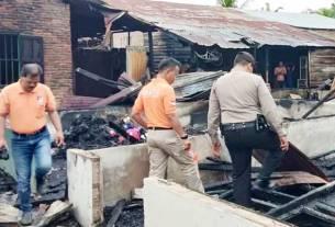 MUSNAH: Kondisi rumah terbakar tinggal puing, petugas yang datang melakukan olah tempat kejadian perkara. sopian/sumut pos