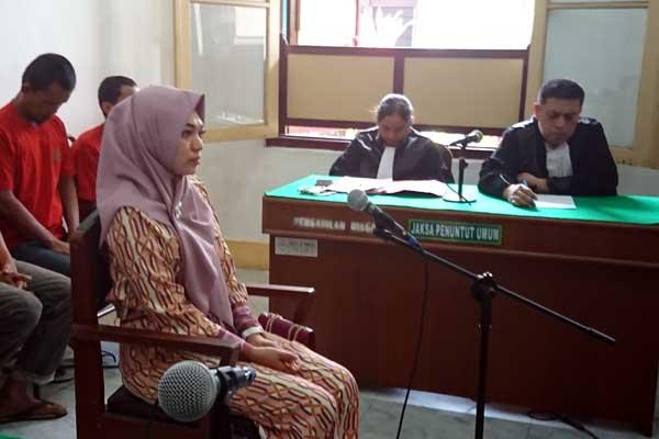 VONIS: Febi Nur Amelia, terdakwa kasus pencemaran nama baik menjalani sidang putusan sela di PN Medan, Selasa (11/2). agusman/ SUMUT POS