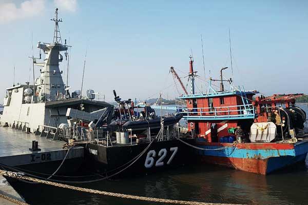 DITAHAN: Kapal penangkap ikan asal Malyasia dengan nomor lambung KIA KHF 1960 ditahan di Dermaga Lantamal I di Belawan,Rabu (19/2).