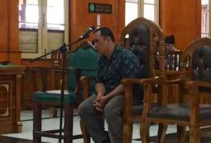 Anwar Fuseng Padang, terdakwa kasus penyuapan eks Bupati Pakpak Bharat, menjalani sidang putusan, Senin (10/2).