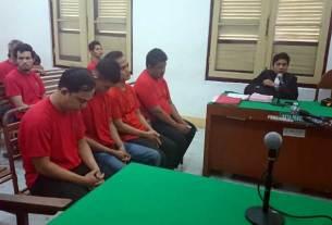 SIDANG: Para terdakwa kasus pencurian uang Pemprovsu, menjalani sidang putusan di PN Medan, Senin (2/3). Agusman/Sumut Pos