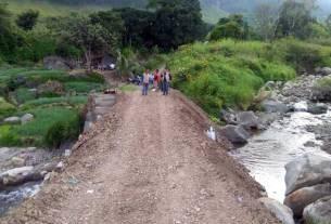 DIPERBAIKI: Jembatan Binanga Hutauruk di Dusun 3 Desa Paropo 1, Kecamatan Silahisabungan, sudah bisa dilintasi warga setelah diperbaiki Pemkab Dairi. RUDY SITANGGANG/SUMUT POS
