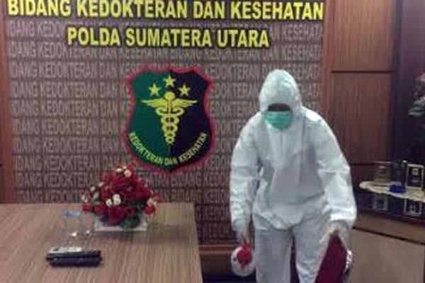 DISEMPROT: Petugas kesehatan menyemprot tiap ruangan di Mapoldasu.