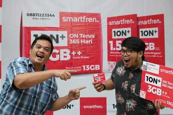 PERDANA: Regional Head Northern Sumatera Smartfren, Jefry Batubara (kanan) bersama rekan saat menunjukkan kartu perdana 1ON+ di Medan, Senin (23/3).