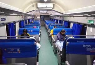 PENUMPANG KA: Penumpang kereta api terlihat sepi sejak virus corona mewabah.