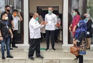 NEW NORMAL: Plt Wali Kota Medan, Ir H Akhyar Nasution MSi (tengah berkacamata) sedang berbicara tentang new normal dengan Tim Pansus Covid-19 DPRD Sumut, Rabu (27/5).