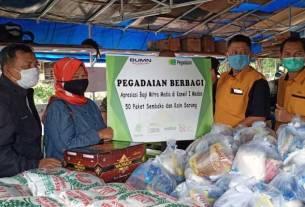BANTUAN: Pemimpin Wilayah PT Pegadaian (Persero) Kanwil I Medan, Edwin Soeharto Inkiriwang saat menyerahkan bantuan ke jurnalis di Medan, Kamis (30/4).