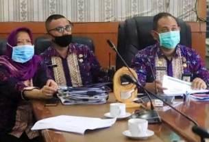 BERSAMA: Sekdako Binjai, Mahfullah Daulay (dua dari kanan) saat mengikuti vidkon bersama Kepala BPJS Kesehatan Binjai, Thomas Hamonangan. teddy/ SUMUT POS
