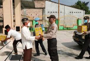 SERAHKAN: Jajaran anggota Polsek PadangHilir Kota Tebingtinggi menyerahkan bantuan sembako ke mesjid. SOPIAN/SUMUT POS