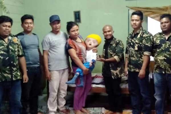 SERAHKAN: Pengurus PPM Kabanjahe menyerahkan bantuan pada orangtua anak penderita hidrosefalus.deo/sumut pos.