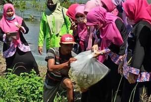 BERIKAN: Ketua IPEMI memberikan bantuan 2.500 bibit ikan nila kepada nelayan Sergai.
