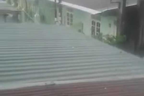 HUJAN ES: Screenshot video hujan es di Kota Medan saat dilanda hujan lebat, Selasa (15/9) sore, yang beredar di media sosial (medsos).