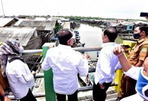 TINJAU: Gubernur Sumut, Edy Rahmayadi, didampingi Pjs Walikota Medan, Arief Sudarto Trinugroho, meninjau perkampungan warga di Lorong Ujung Tanjung 2 Bagan Deli Belawan yang kerap terkena banjir rob, Selasa (20/10).