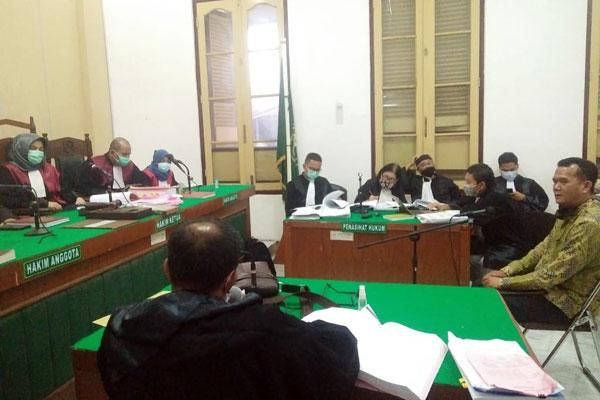 KESAKSIAN: Ahli Akuntan, Hernold Ferry Makawimbang memberikan kesaksian dalam kasus korupsi pembelian surat berhara Bank Sumut, Senin (12/10) malam.gusman/sumut pos.