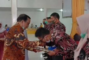 DIABADIKAN: Enam dosen Universitas Labuhanbatu yang meraih gelar doktor diabadikan bersama Ketua Yayasan ULB, H Amarullah Nasution, Rabu (14/10).FAJAR DAME HARAHAP/SUMUT POS.