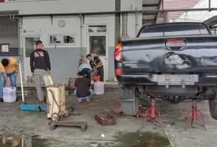 Mobil Mitshubishi Triton dalam proses perbaikan kerusakan setelah memakai bio solar bercampur air (fajar)