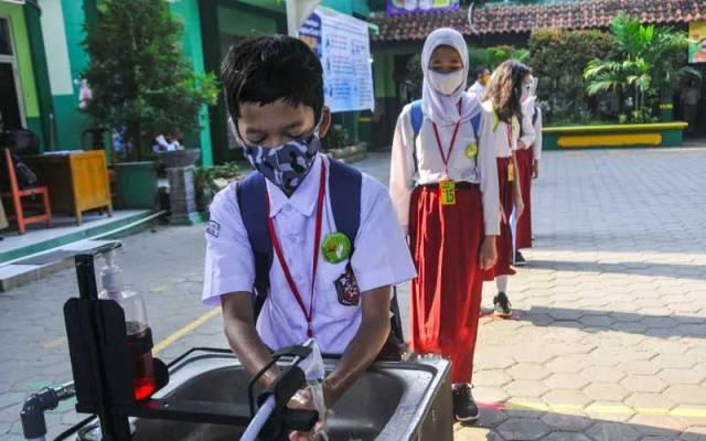 CUCI TANGAN: Siswa SD mencuci tangan dengan sabun di sekolahnya. Mulai Januari 2021, pemerintah mengizinkan belajar tatap muka di sekolah dengan tetap menerapkan protokol kesehatan.