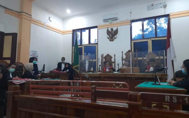 JALANi SIDANG: M Yani terdakwa kurir sabu seberat 10 kg, saat menjalani sidang putusan secara virtual di PN Medan, Selasa (15/12).
