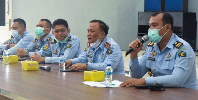 PENGUATAN: Kepala KPLP Binjai, Rinaldo Tarigan (kanan) saat memberi penguatan kepada jajaran pengamanan di aula.ILYAS EFFENDY/ SUMUT POS .