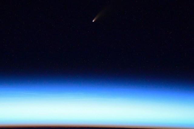 Российский космонавт Иван Вагнер сфотографировал с борта МКС ярчайшую за семь лет комету C/2020 F3 (NEOWISE)