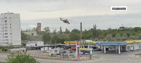 Очевидцы сняли кадры манёвров военного вертолёта в Джанкое