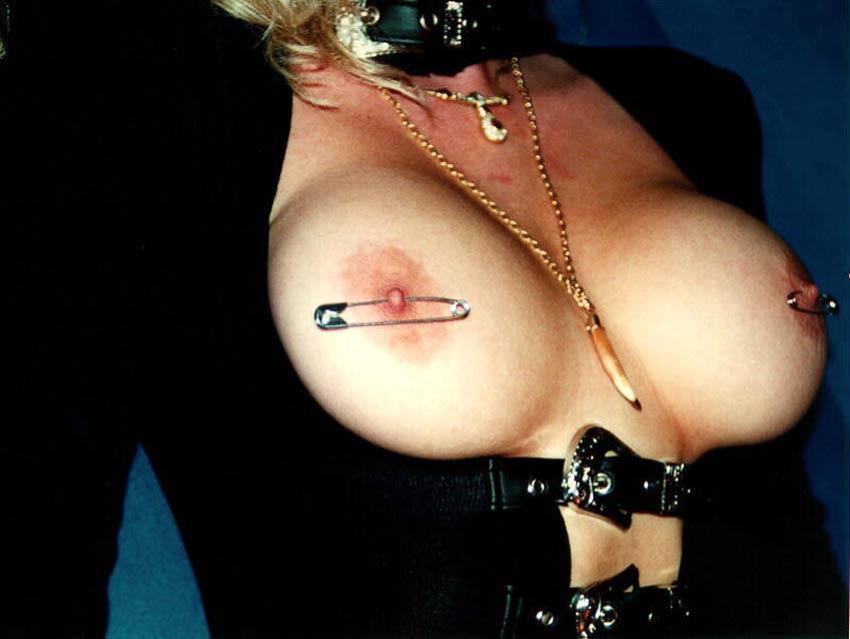 eroticheskie-fotografii-devushki-blondinki-s-koltsami-v-soskah