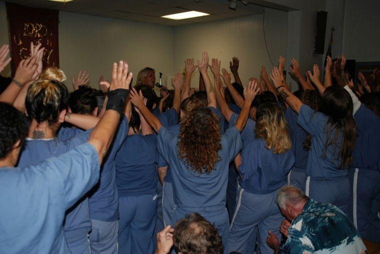 dawn-knighton-leads-prayer-among-inmates