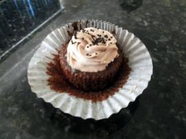 Cupcake de chocolate com Chantily- Camila Bomfim