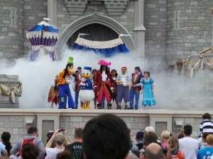Peter Pan, Pateta, Donald e Capitão Gancho juntos? A Rainha Má está chegando!